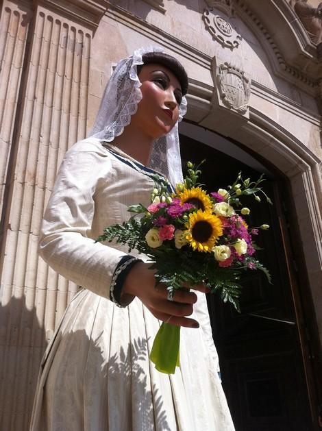 La Maria a la porta de l'església de Santa Maria, el 15 d'agost del 2014.