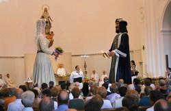 N'Anastasi i na Maria ballant dins de l'església de Santa Maria