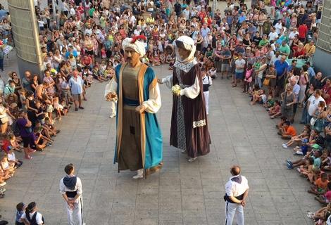 En Ripal i na Brunel·la del Mar ballant 'la Riprunel·la' a la plaça de la Vila de Santa Coloma de Gramenet el passat 3 de setembre.