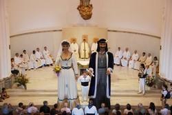 N'Anastasi i na Maria ballant dins l'església de Santa Maria per l'Ofici Solemne de Festa Major de l'any passat.