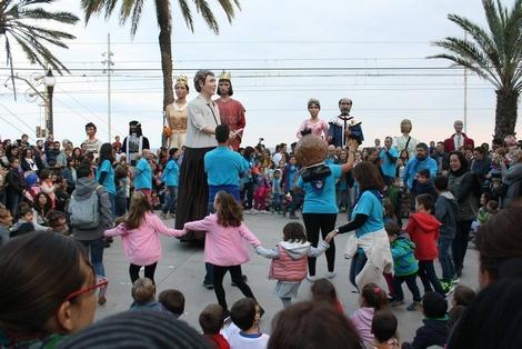El gegant i el capgròs dels Salesians de Badalona ballant durant la mostra de balls de gegants.