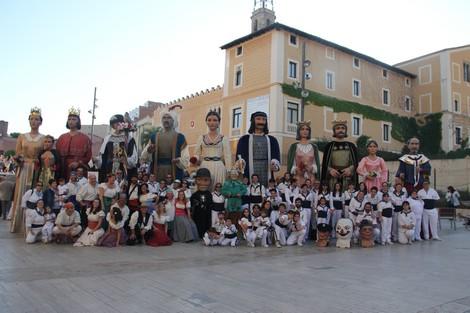 Fotografia de família amb els memebres del Ball de Gitanes de Sant Pere de Ribes