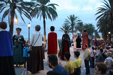 Els gegants ballant 'el Valset de Badalona', la dansa amb la que va cloure la Fira.