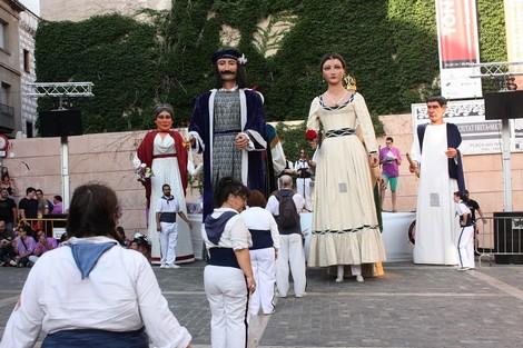 Preparant-nos per fer el 'Ball de Cort' a la plaça de l'Ajuntament de Mataró, amb els gegants de la Colla Gegantera d'Iluro presidint la mostra de balls.