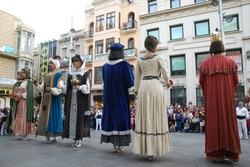 Els vuit gegants de la Ciutat ballant el 'Ball de Cort'.