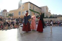 Els gegants de Pomar i de Dimonieta ballant a la plaça de Font i Cussó.