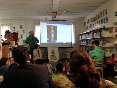 Encenent la metxa de les Festes de Maig a la biblioteca de Lloreda.