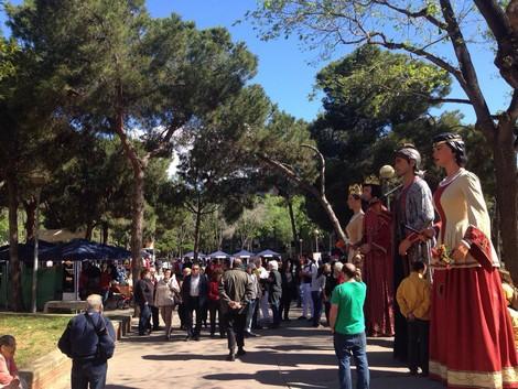 Els gegants de Sant Jaume (Barcelona) i en Jeroi i la Badamar a la Fira d'Artesania de Sant Roc.