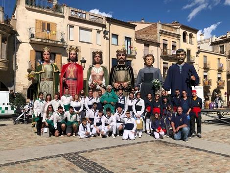 Fotografia amb els geganters d'Oliana i de Sant Josep de l'Hospitalet de Llobregat, les tres colles guanyadores del Concurs de Balls de Gegants celebrat a Amer (la Selva)